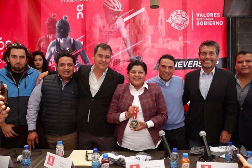 Pérez Popoca presenta medalla y playera oficial del Duatlón 2020