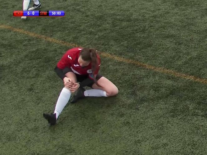 VIDEO Mujer futbolista se disloca la rodilla, pero ella la acomoda y sigue jugando