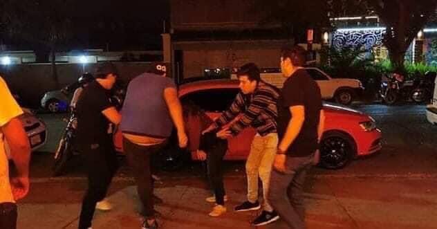 Entre cuatro hombres golpean a mujer en la calle y nadie la ayuda