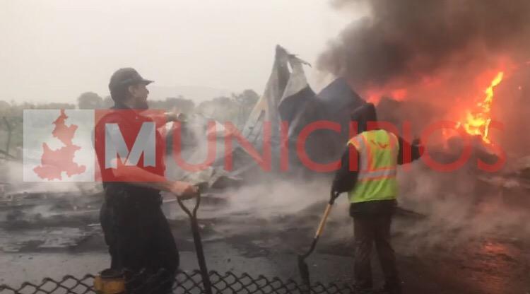 VIDEO Turistas circulan entre camiones quemados por huachicoleros