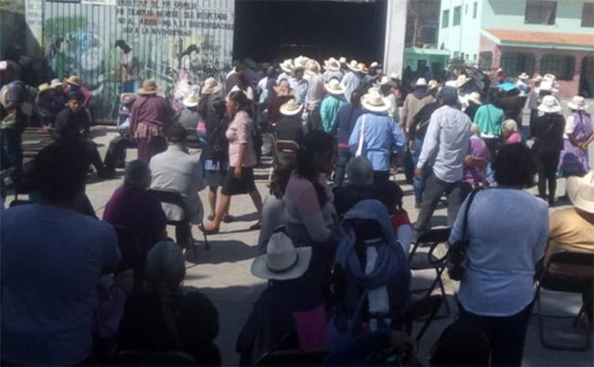 Abuelitos se reúnen en Azumiatla para recibir apoyo federal pese a contingencia