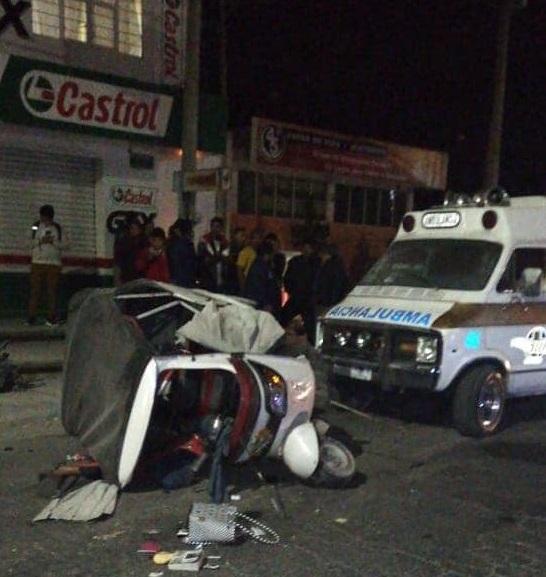 Choque de mototaxi y camioneta deja 1 muerto y 2 lesionados en Acatzingo