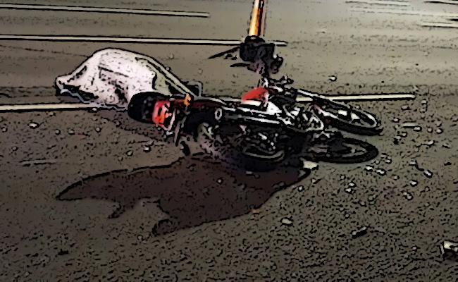 Muere joven al impactar su moto contra auto en Izúcar