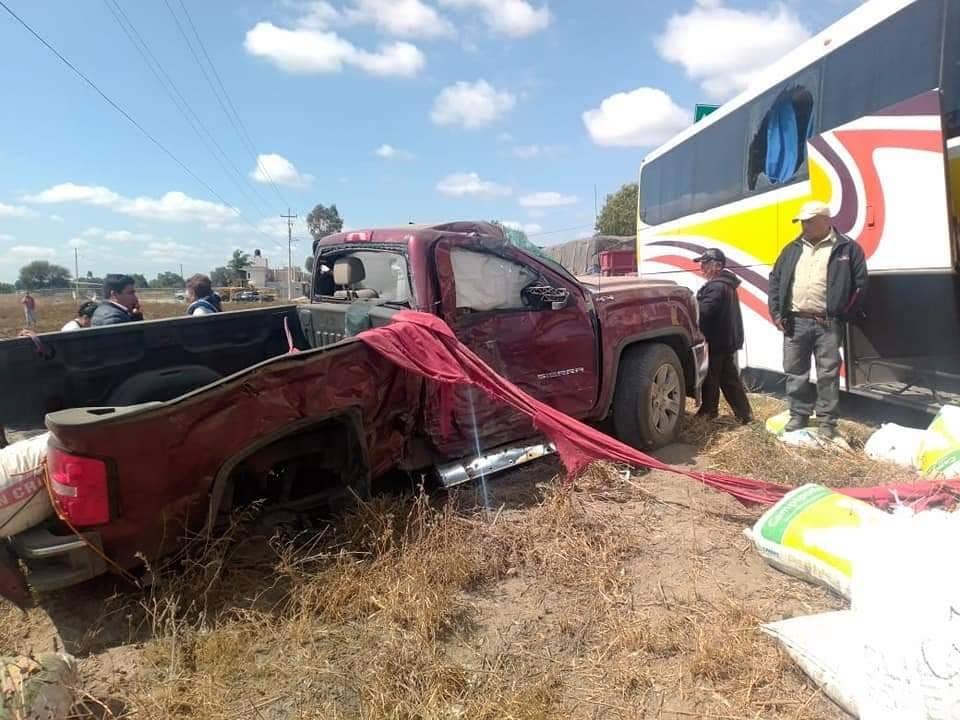 Por intento de asalto choca camioneta contra AU en la Acatzingo-El Seco