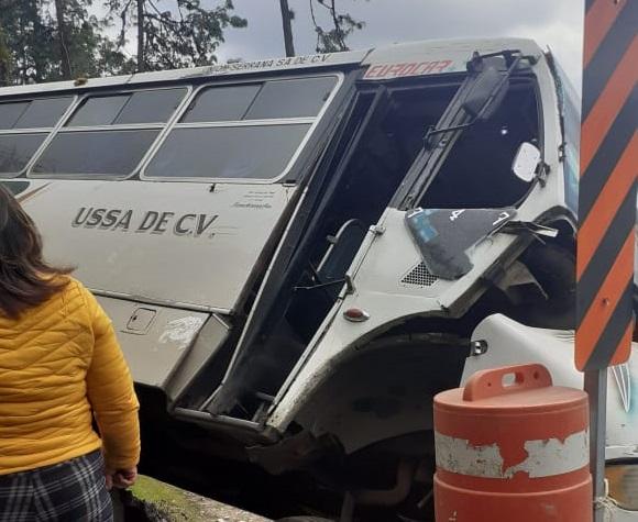 Trailero embiste a camión con pasajeros en Xicotepec