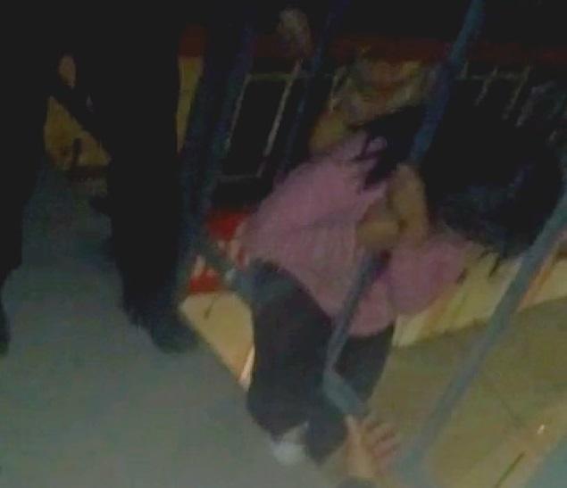 VIDEO Tras ser golpeada intentó brincar de un puente en Amozoc
