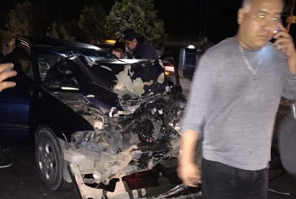 Ebrios se estrellan en Chachapa y abandonan a conductor prensado