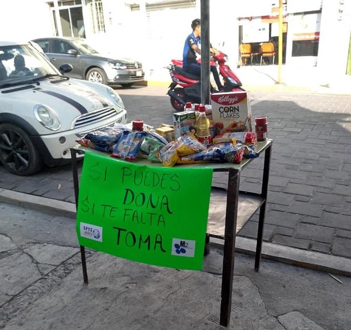 En Tecamachalco colocan mesas con alimentos para quienes no tienen
