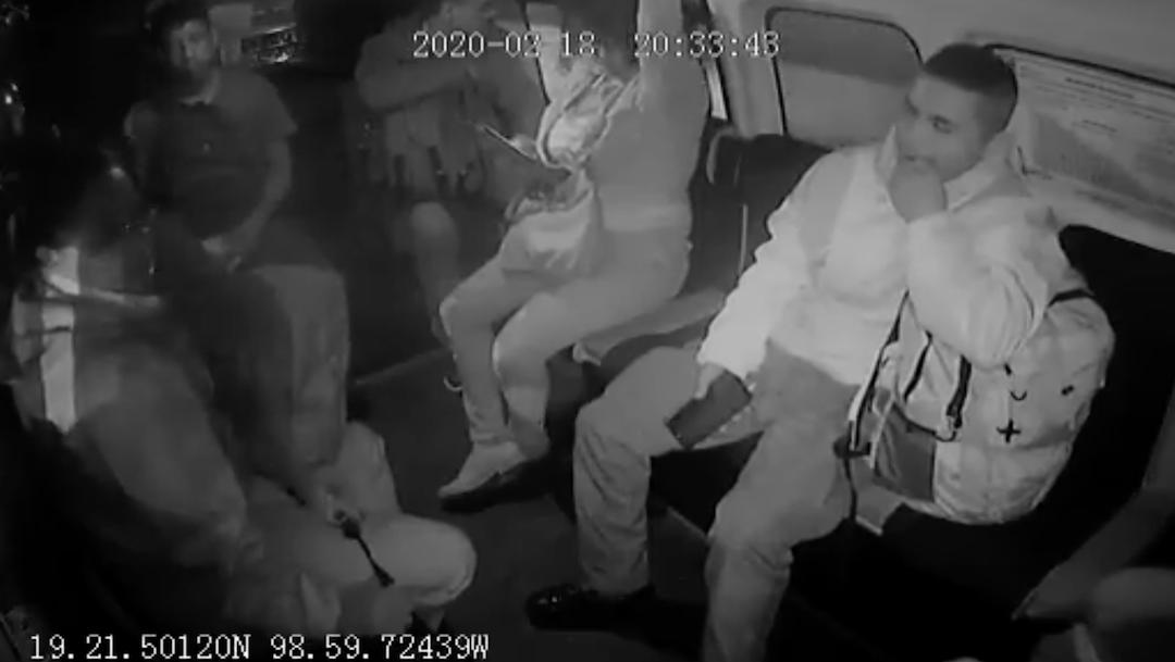 VIDEO Asaltaban transporte y al ver a mujer policía la golpean