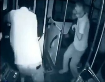 Valiente joven con discapacidad impide asalto a transporte público