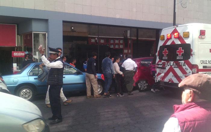 Mujer cae desde la azotea del Sears del centro y sobrevive