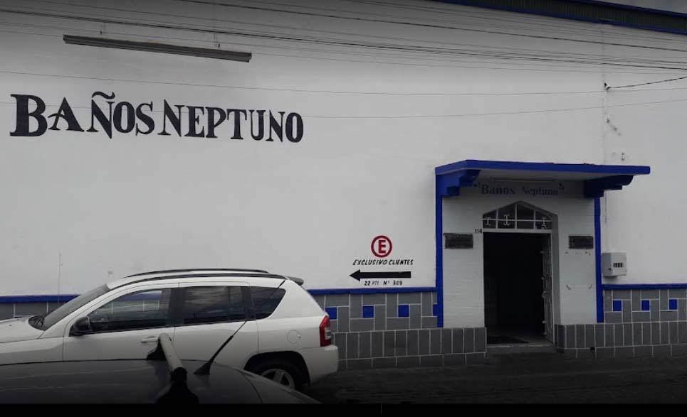 Encañonan y sacan semidesnudos a usuarios de baños Neptuno en Puebla