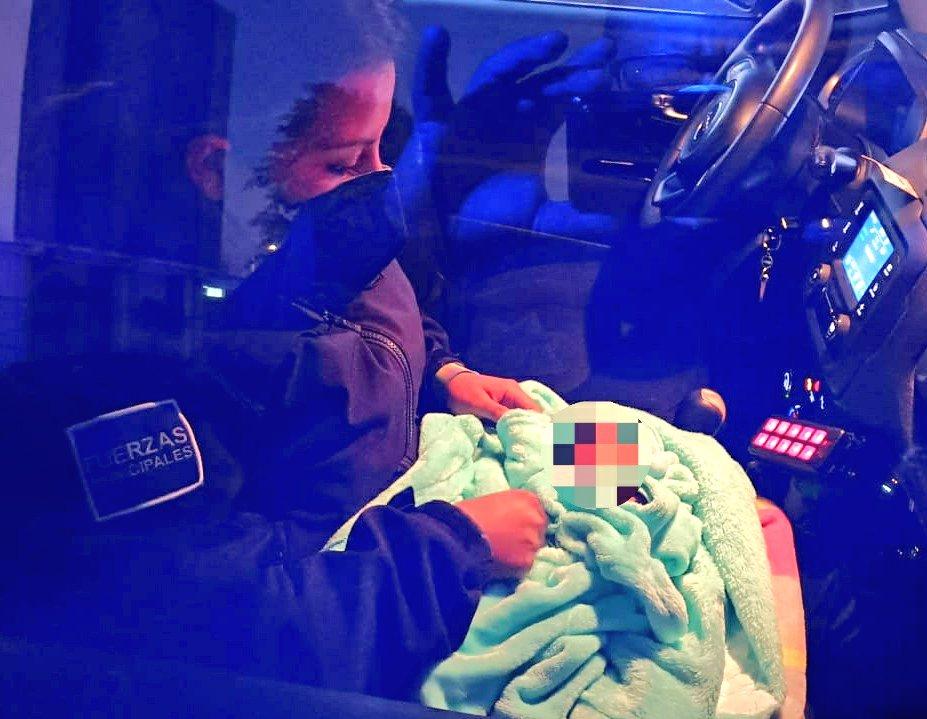Va a la Central de Abasto y encuentra en su camioneta a bebé abandonado