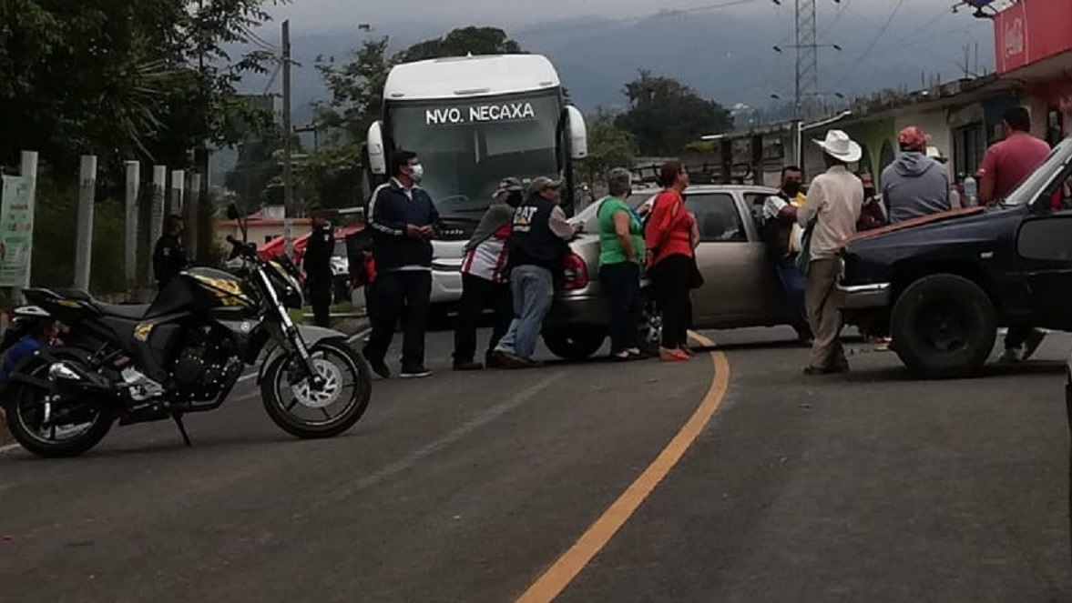 Vecinos de Huauchinango bloquen la carretera Interserrana; exigen obras