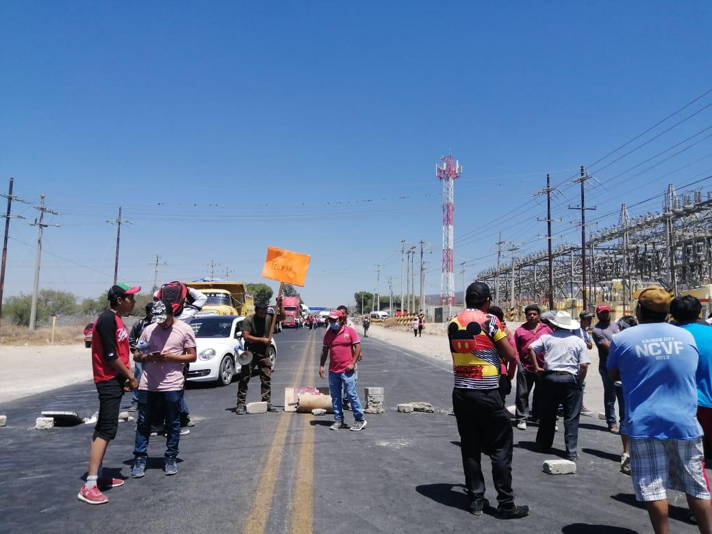Cierran carretera 150 ante inseguridad y obra inconclusa en Miahuatlán