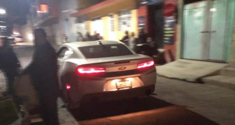 Hijo de regidora juega arrancones con su Camaro en Amozoc, denuncian