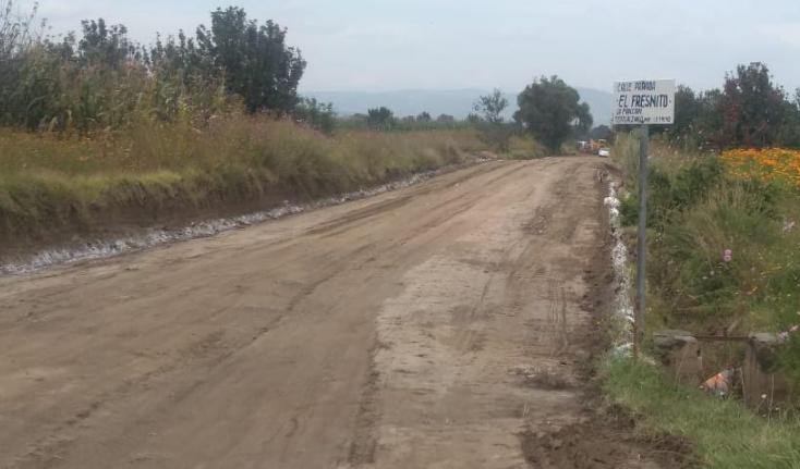 Edil de Teotlalcingo realiza obras en calle que conduce a su rancho