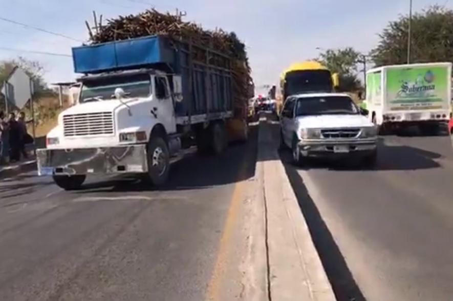 Menores de edad conducen camiones de carga en Izúcar