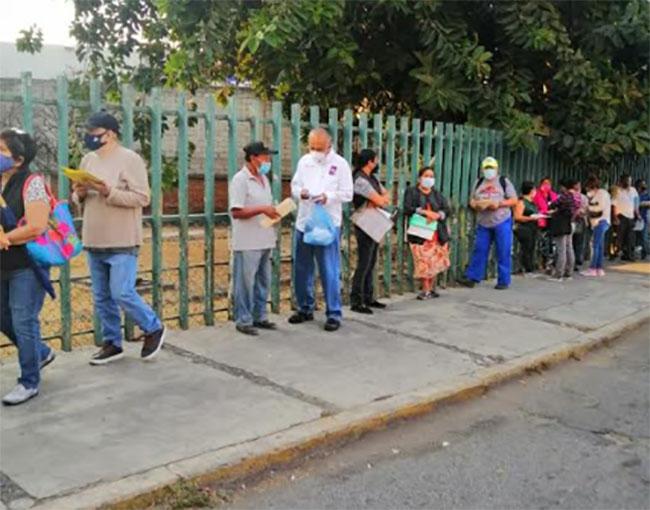 Candidato del PES se promociona en filas para la vacuna Covid en Izúcar