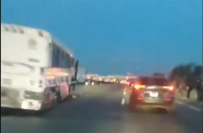 VIDEO Autobús impacta 5 autos en la Puebla-Orizaba pasando caseta de Amozoc