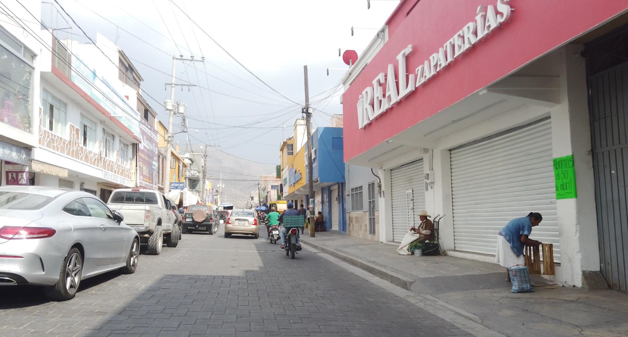 Comercios empiezan a cerrar en Tecamachalco por contingencia