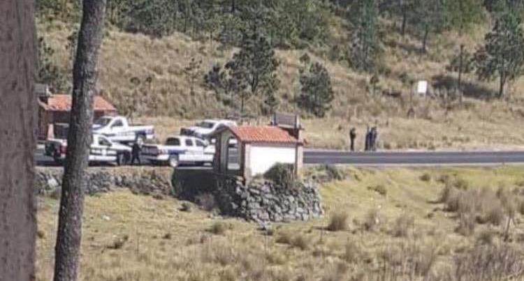 Los amarran a árbol y roban vehículo en federal Tlaxco-Chignahuapan