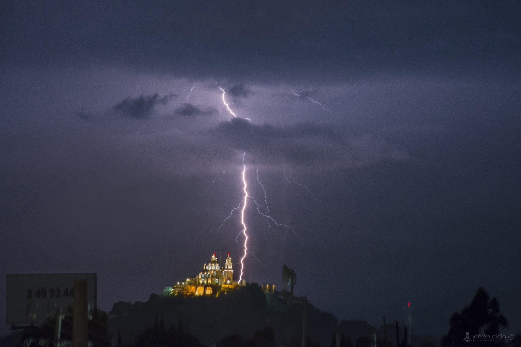 Fotógrafo capta impresionante tormenta eléctrica sobre Cholula