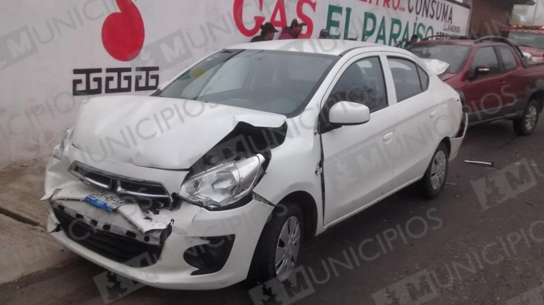 Chocan vehículos por alcance en carretera a Totoltepec