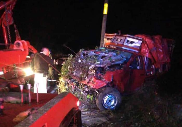 Camioneta cae a voladero en Zacapoaxtla y tripulantes sobreviven
