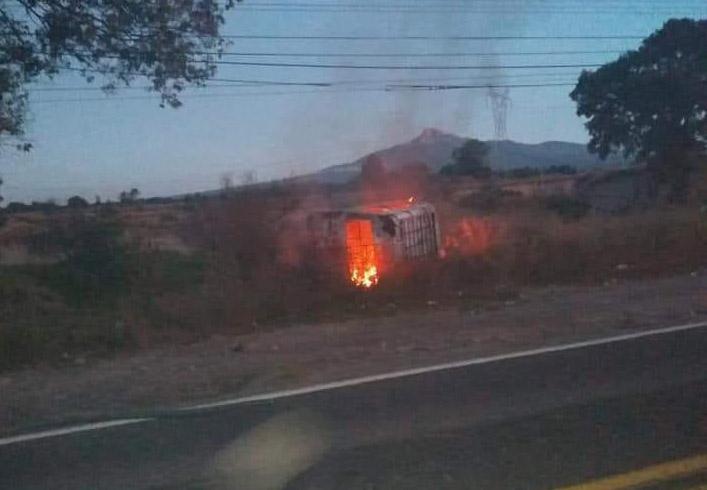 Chochan de frente y termina auto volcado y calcinado en Tepatlaxco
