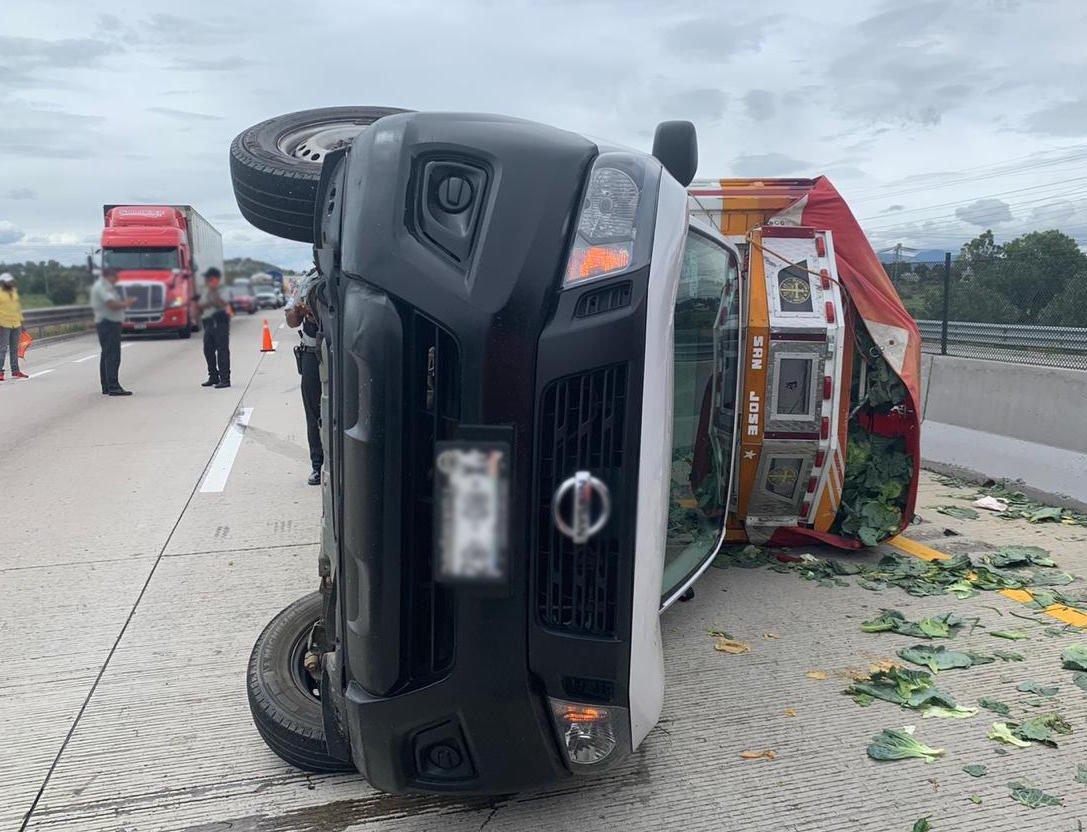 Camioneta cargada de coliflor se vuelca en la Puebla-Orizaba