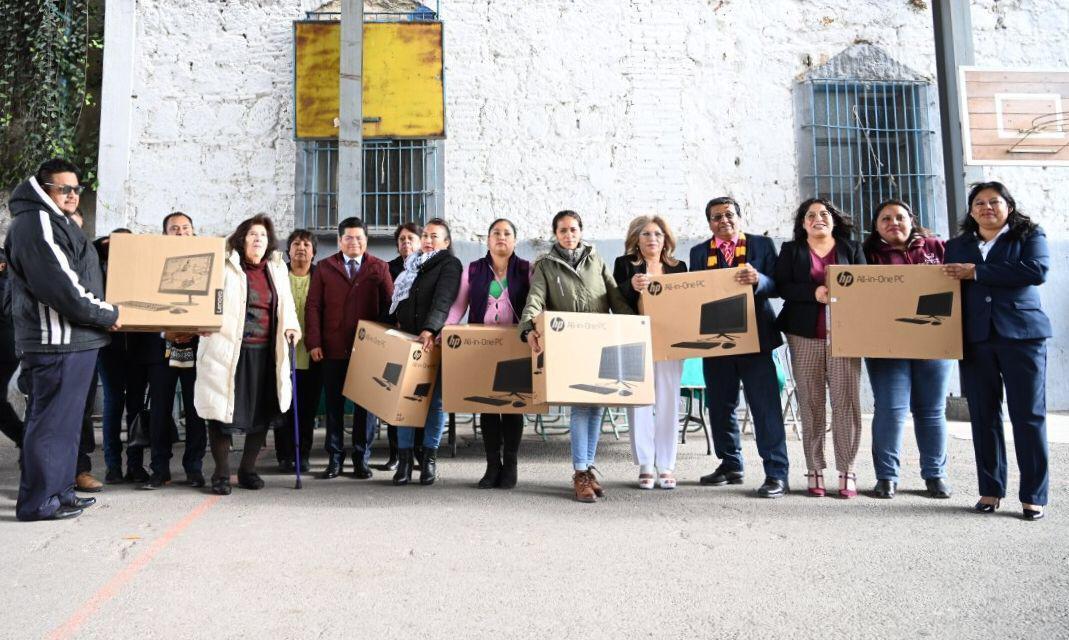 Edil de Coronango entrega computadoras a alumnos de primaria
