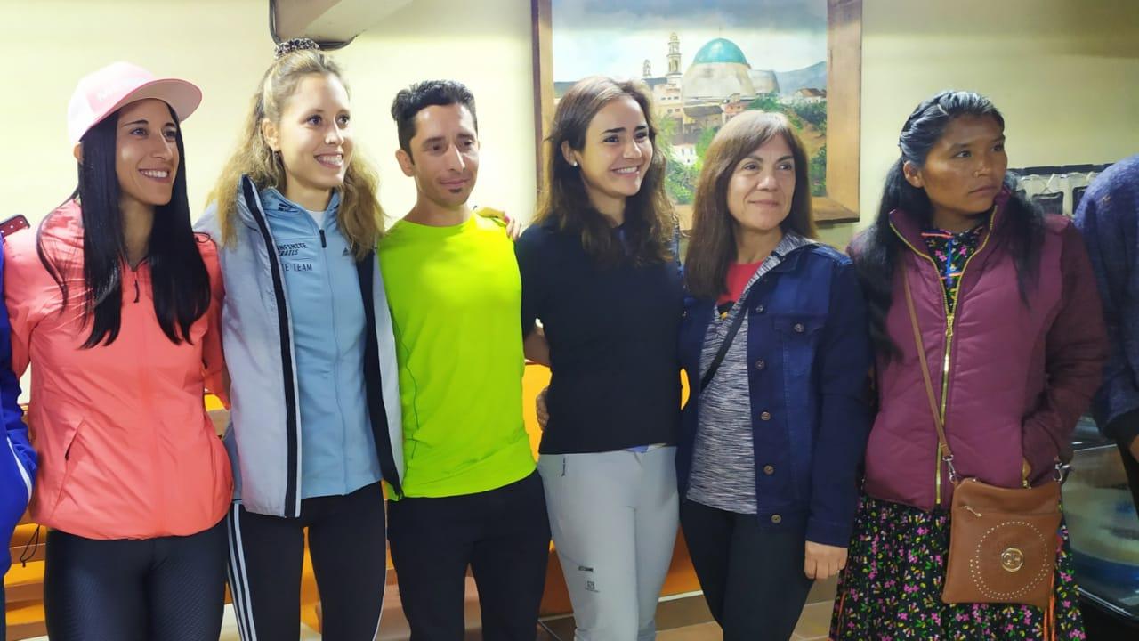 Familia de rarámuris correrá en competencia de Huauchinango