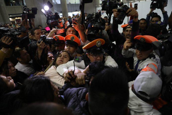 Se enfrentan padres de niños con cáncer y seguridad del aeropuerto