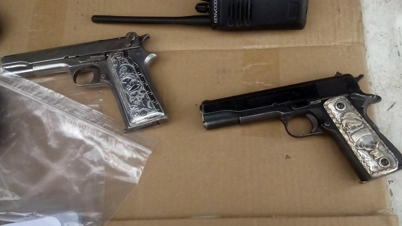 Hallan armas y equipo t ctico dentro de camioneta en for Interior y policia consulta de arma