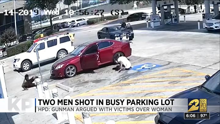 VIDEO Por piropear a su novia, hombre les dispara