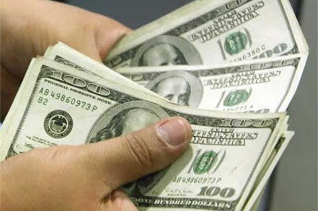Dólar sigue a la baja; se cotiza en promedio en 23.55 pesos