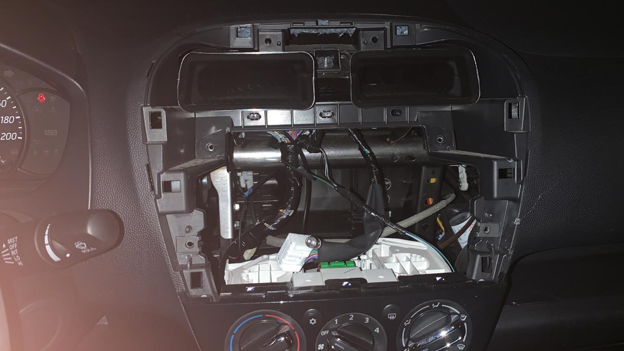 Rompen ventana de auto de regidora y se roban su estéreo