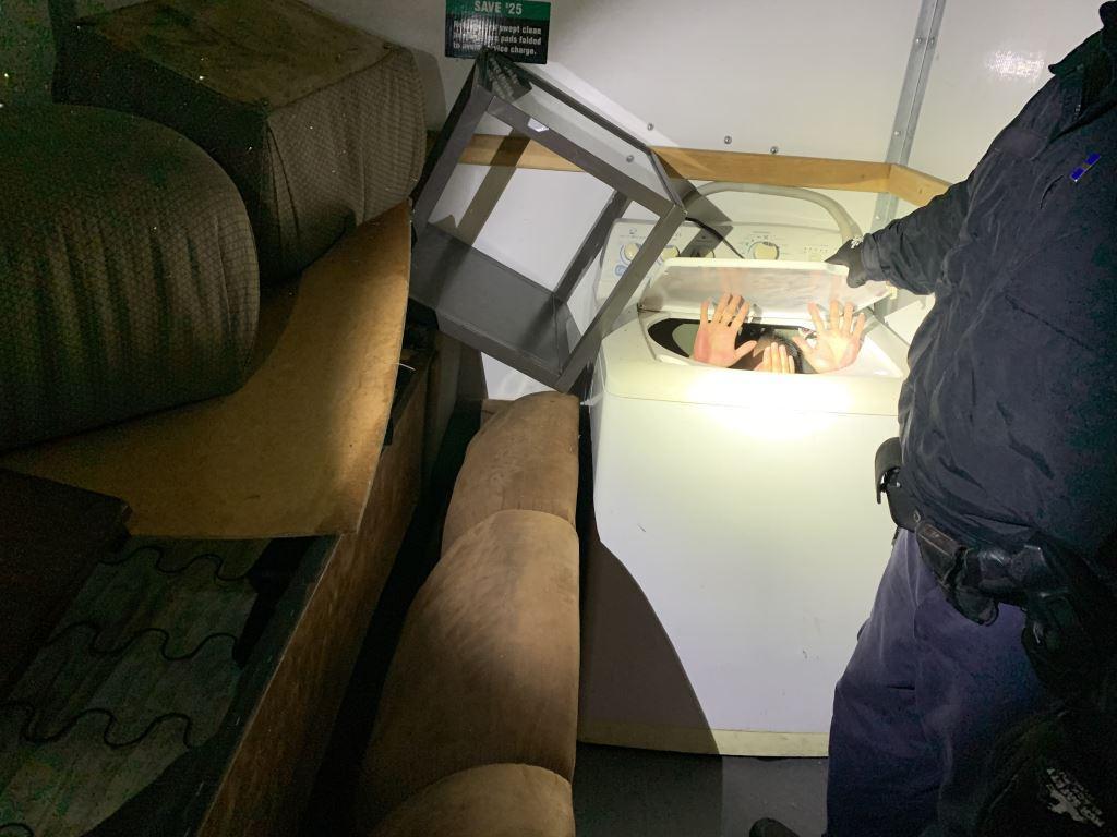 Detienen a migrantes que iban ocultos entre muebles