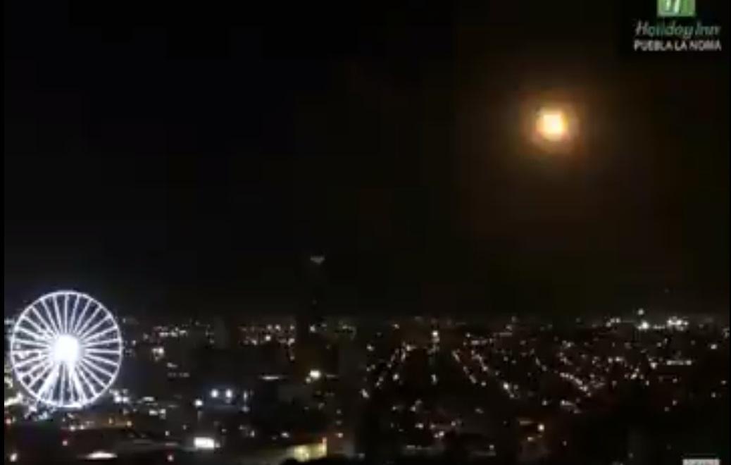 VIDEO Sorprende bólido que cruza y estalla en cielo de Puebla
