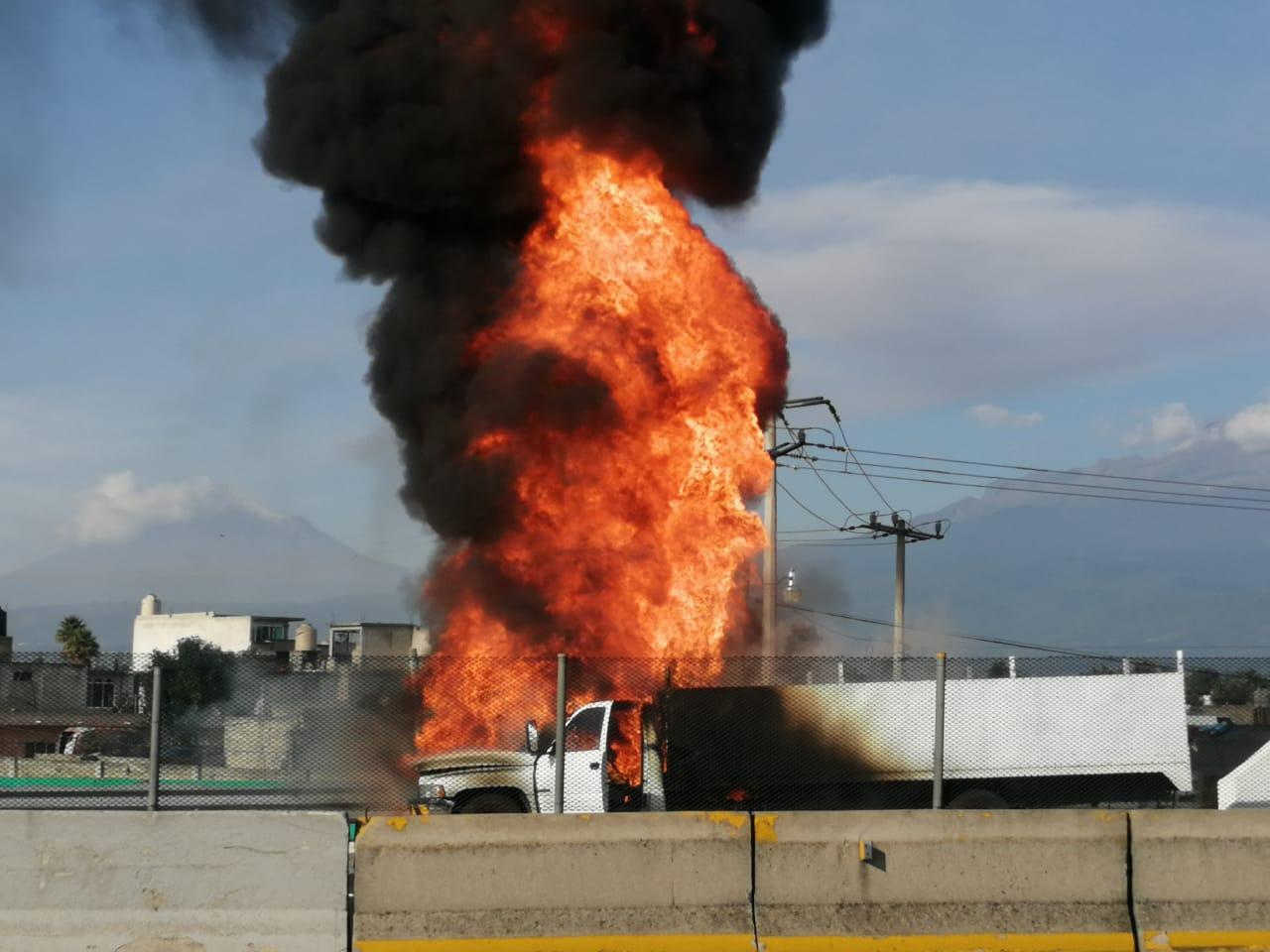 Se incendia camioneta en Texmelucan sobre la México-Puebla