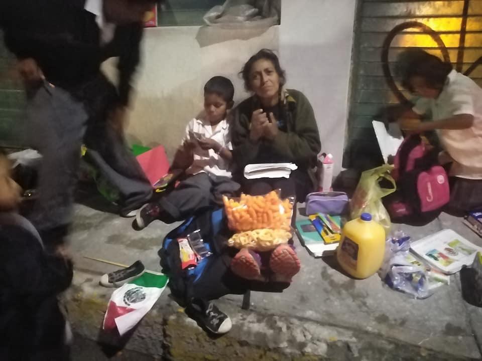 Atlixquenses ayudan a familia que vive en la calle