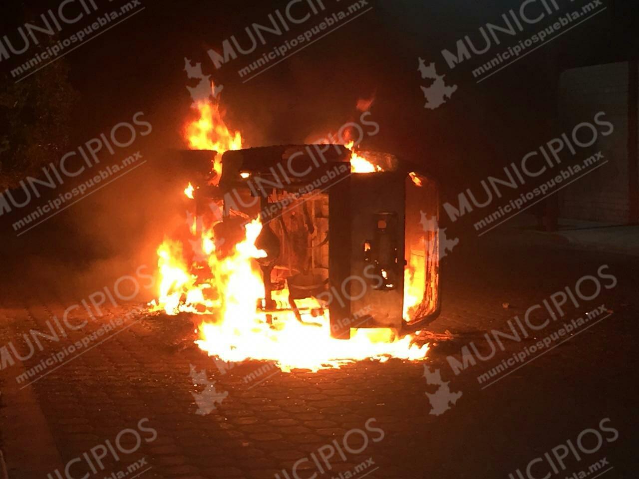 Lo apuñaló en el corazón y deudos le quemaron su camioneta en Tehuacán