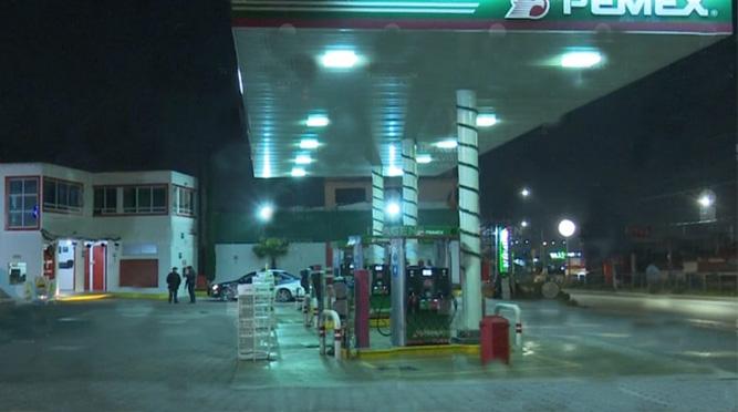 Ladrón asaltas gasolinera y huye a pie en Puebla capital