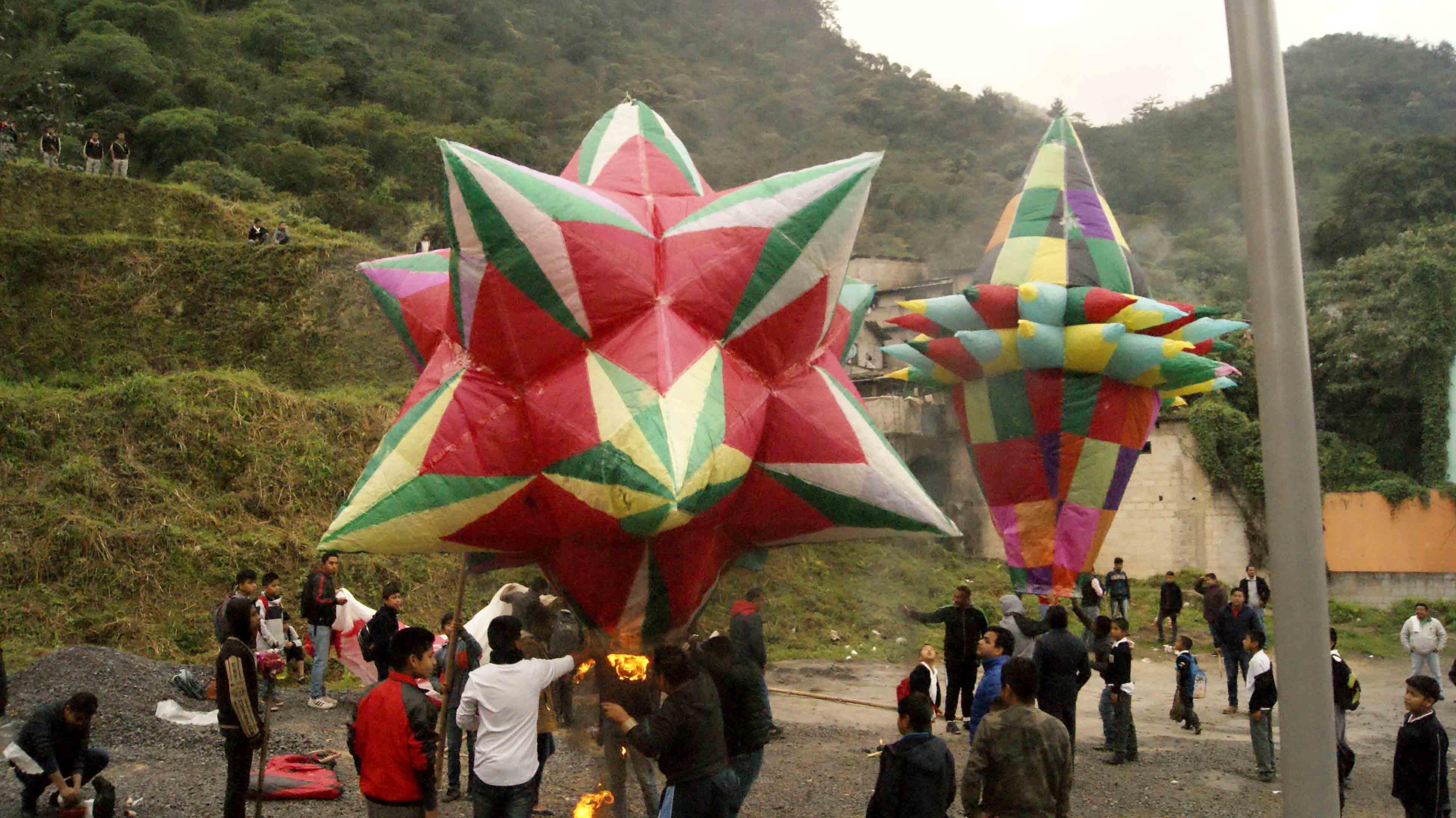 Realizan concurso de globos de papel de china en Huitzilan