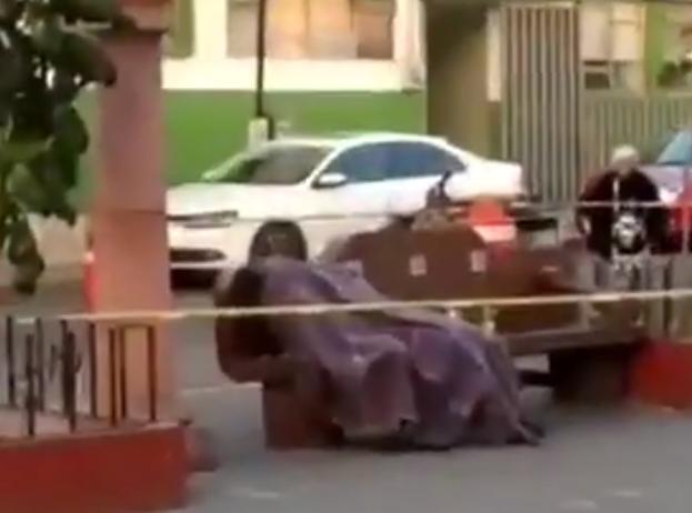 En la banca de un parque, la muerte lo sorprende en Puebla