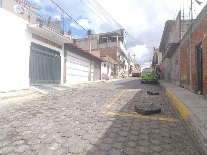 Apartan lugares hasta con piedras, así el descontrol vial en Atlixco