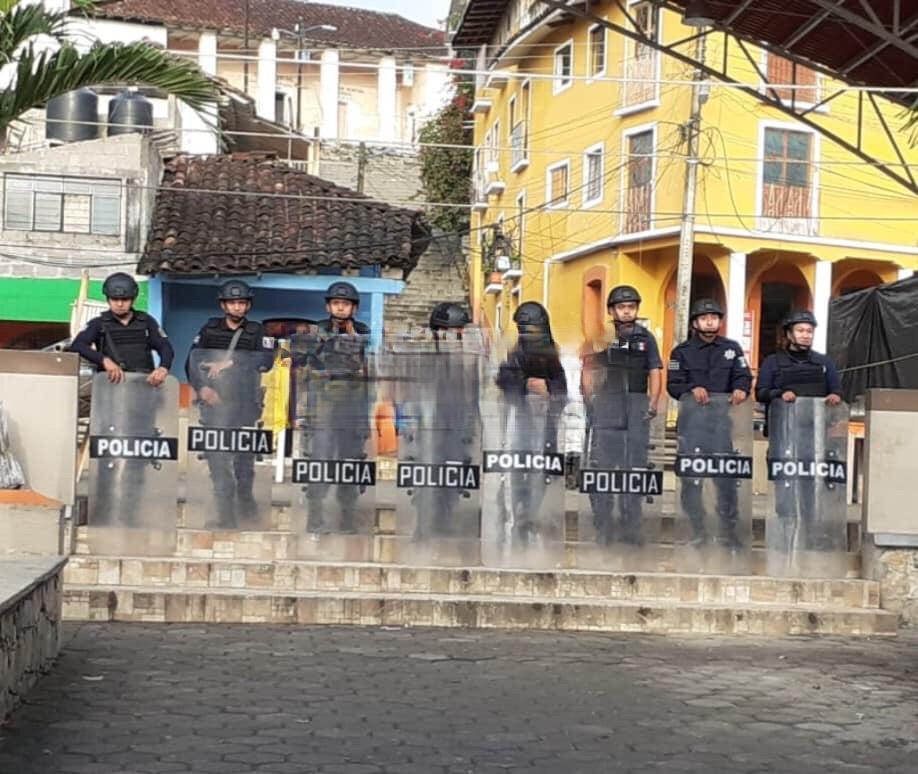 Edil bloquea mercado con granaderos en Huehuetla