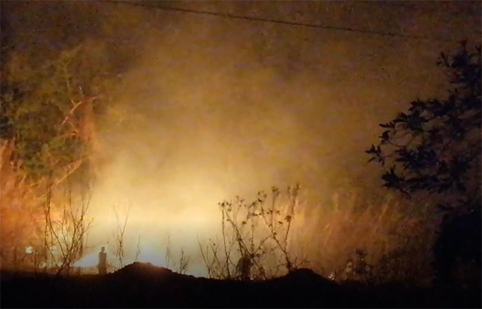 VIDEO Registran incendio a un costado del Hospital General de Acatlán