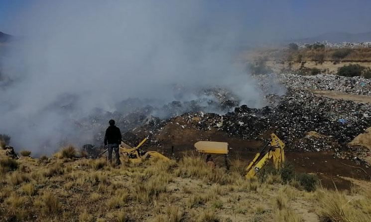 Extinguen incendio en relleno sanitario de Cuyoaco